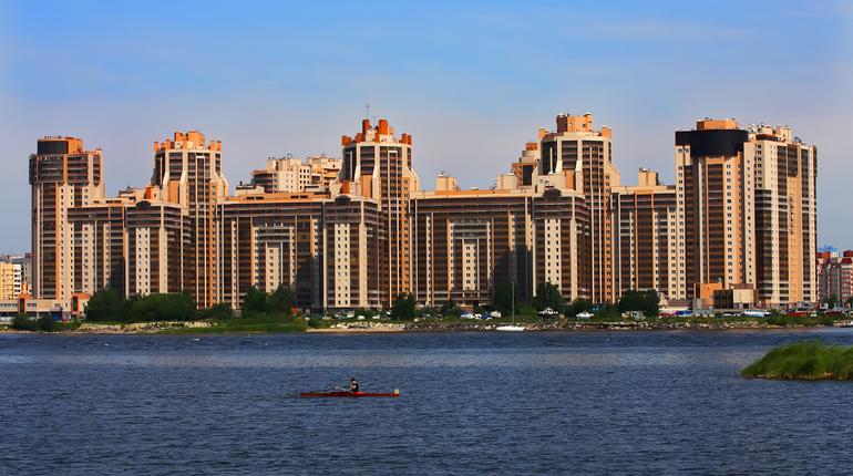 Эксперты назвали районы Петербурга с самым дорогим жильем. Об этом сообщает Lenta.ru.