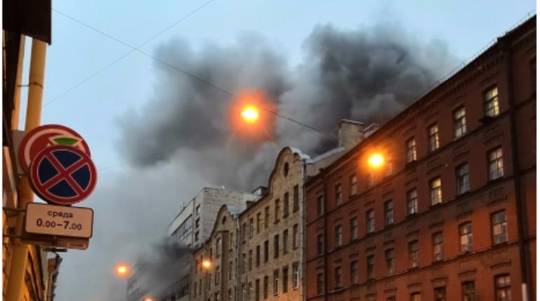 В Адмиралтейском районе Петербурга потушили возгорание в бывшем производственном здании на 11-Красноармейской, где раньше находился завод