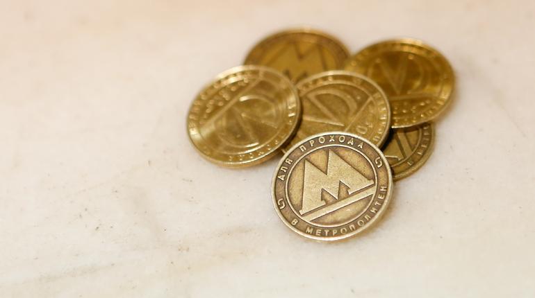В петербургском метро рассказали, что выпуск праздничных жетонов стал традицией еще в 2005 году.