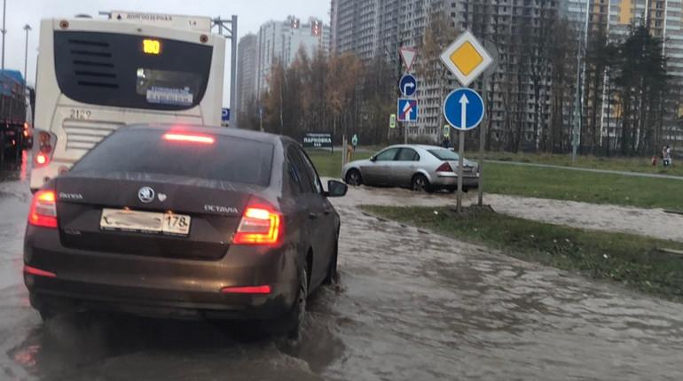 В Приморском районе Петербурга прорвало трубу с холодной водой. Из-за потопа Парашютная улица стала