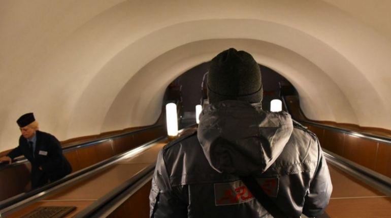 С 21:19 станция метро «Владимирская» в Петербурге временно закрылась на проверку. На ней нашли бесхозную сумку. Когда эта станция возобновит работу – пока не уточняется.
