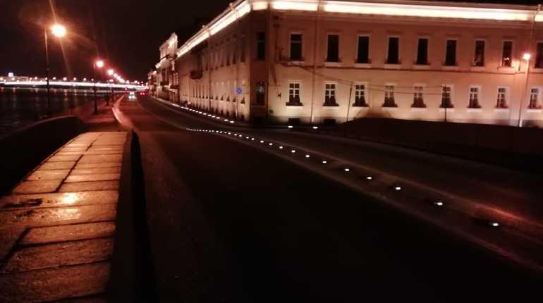 На Верхнем Лебяжьем и прачечном мостах Дворцовой набережной, а также на набережной Кутузова в Центральном районе Петербурга установили светосигнальные устройства - катафоты.