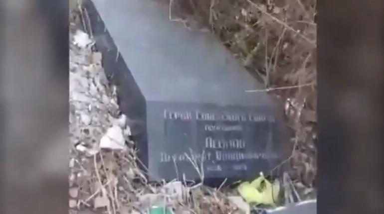 Надгробия героев-пограничников оказались выброшенными на городскую свалку Петербурга, о чем стало известно после публикации видео в группе