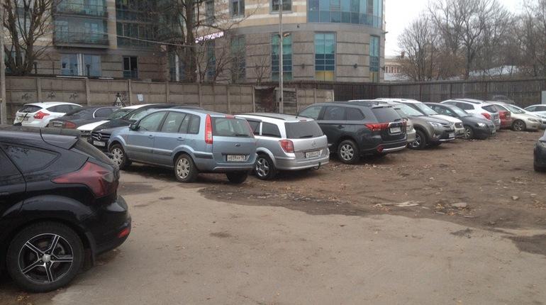 На месте снесенного гаражного комплекса на углу Кирочной и Новгородской улиц в Центральном районе Петербурга появилась парковка, что возмутило некоторых жителей района.