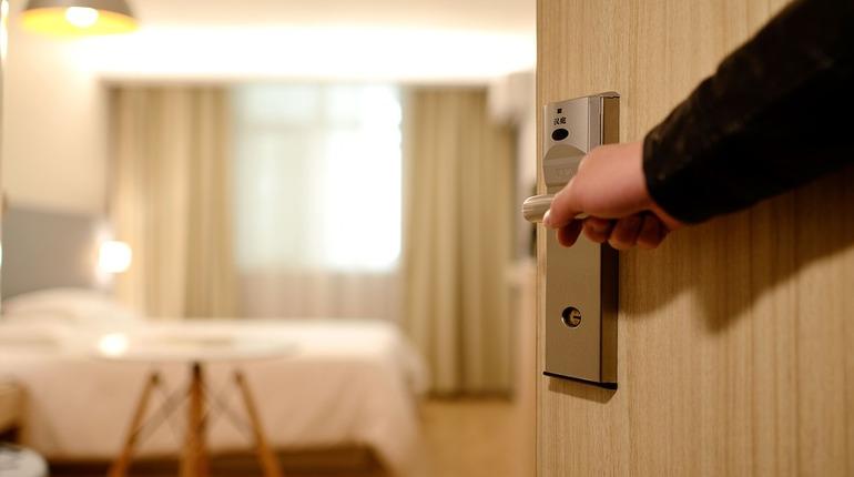 Прокуратура в судебном порядке добилась закрытия мини-отеля в жилом доме по улице Введенской в Петроградском районе Петербурга.