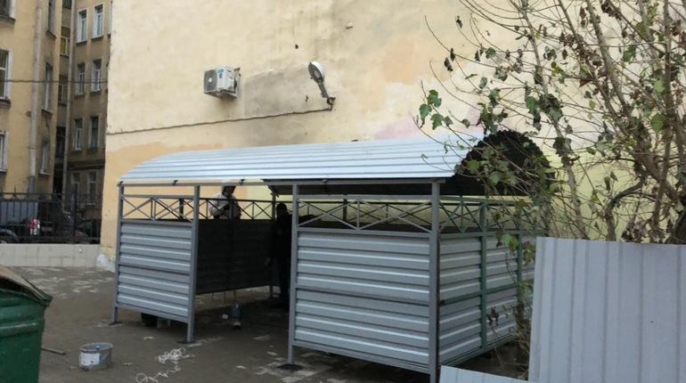 Активисты и жители Центрального района назвали контейнерную площадку недалеко от Невского проспекта тленом недели. По словам общественников, описать её можно только словами: