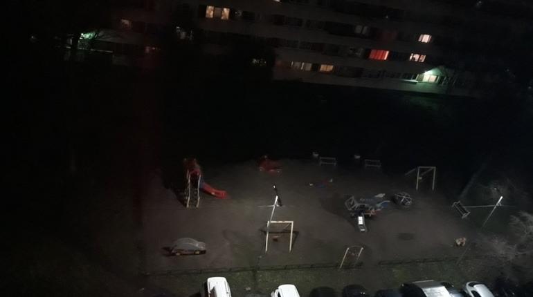 Жильцов дома 27 по улице Генерала Симоняка эвакуировали из-за запаха газа вечером 8 ноября. Опасения петербуржцев не подтвердились -