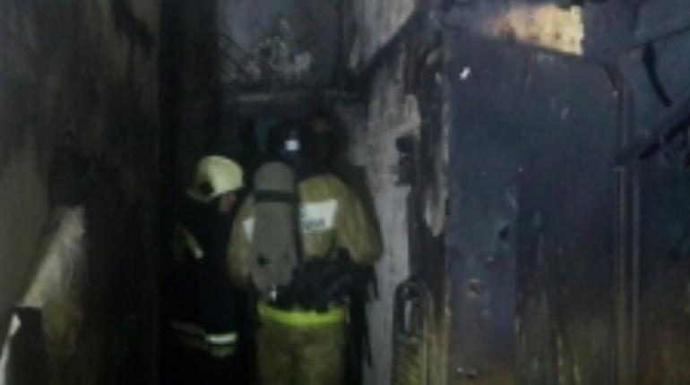 В Калининском районе Петербурга вечером 8 ноября пожарные тушили однокомнатную квартиру. Спасателям пришлось заливать коридор.