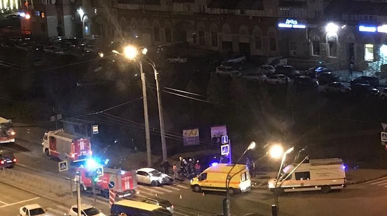 Авария с пострадавшими произошла на пересечении улицы Котина с Ленинским проспектом в Петербурге. Об этом сообщают очевидцы в группе