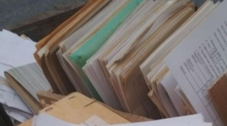 В Мурманске разгорелся скандал с медицинскими картами. Жители города выложили в соцсети карточки пациентов у мусорного бака рядом с поликлиникой.