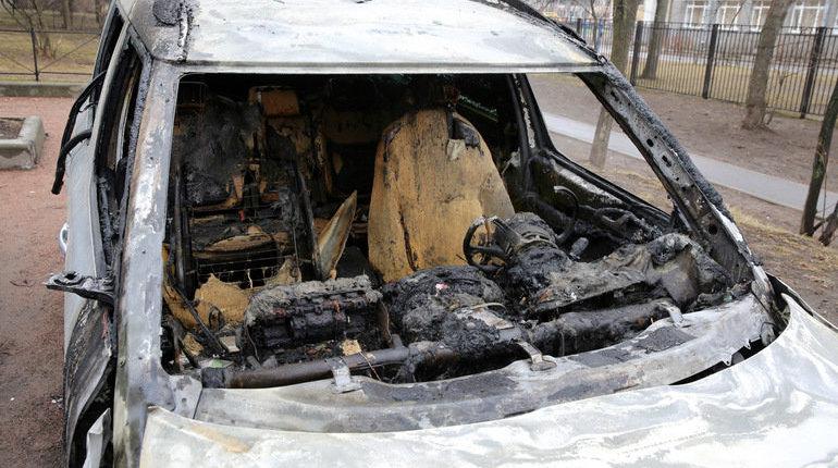 На проспекте Славы в Петербурге у дома №7 ночью 8 ноября загорелась иномарка Peugeot, позже огонь