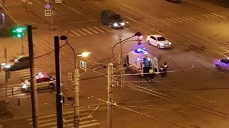 Ночью 9 ноября на улице Кораблестроителей в Петербурге у дома №48/2 произошла авария, в результате которой пострадали люди. У водителя машины скорой помощи, врача и пациента зафиксирована средняя степень вреда здоровью.