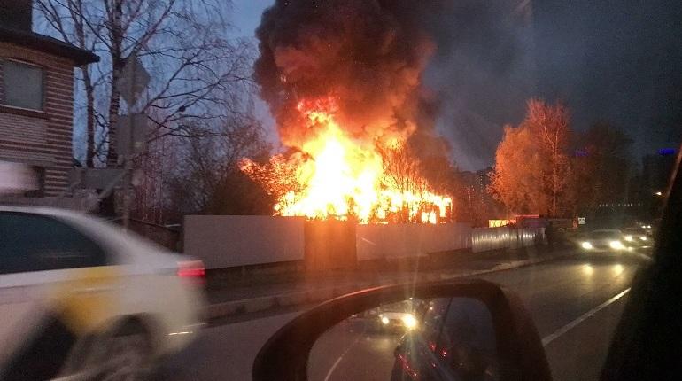 Во Всеволожском районе Ленобласти 9 ноября пожар в здании шиномонтажа на улице Веселая привел к гибели двух людей. Об этом «Мойке78» рассказали в пресс-службе ГУ МЧС по Ленобласти.