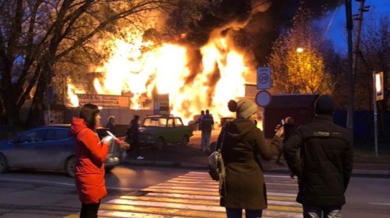 Во Всеволжском районе Ленобласти в Мурино при пожаре погибли четыре человека. Известно, что двое из них — мужчины. Личности и пол двух других не установлены. Об этом