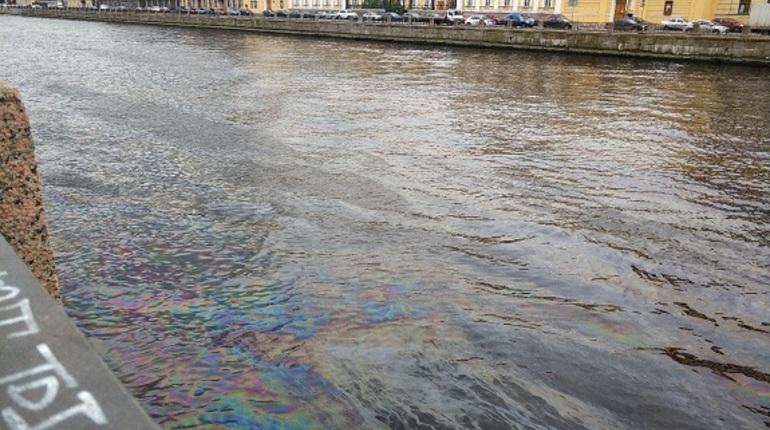 Река Фонтанка в Петербурге напугала местных жителей. На воде появились подозрительные разводы, напоминающие разлив нефтепродуктов. Об этом петербуржцы рассказали в социальной сети