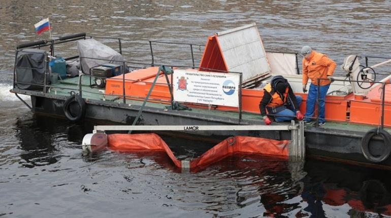 Началась очистка реки Фонтанки, которая напугала петербуржцев странными разводами, напоминающими разлив нефтепродуктов. Фотокорреспондент