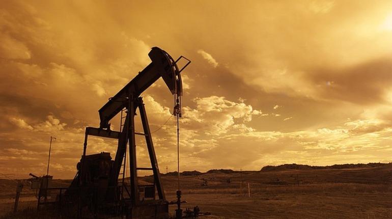 В ходе торгов цены на нефть начали стремительно падать из-за опасений, что на мировом рынке излишек топлива.