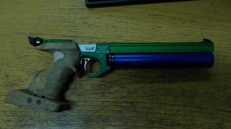 Путешественник пытался провезти в Россию из Финляндии пневматический пистолет, не сообщив об этом таможне. Незаконный предмет обнаружил Грей Кардинал Лакихас - служебный пес.