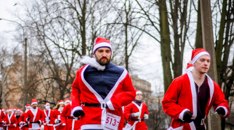 В Петербурге 22 декабря пройдет третий Международный забег Дедов Морозов. По словам организаторов, старт и финиш соревнования пройдет по традиции у арки Главного штаба.