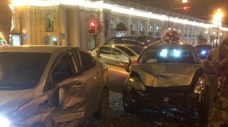 Водитель иномарки из свадебного кортежа устроил ДТП в центре Петербурга. Об аварии сообщили пользователи группы