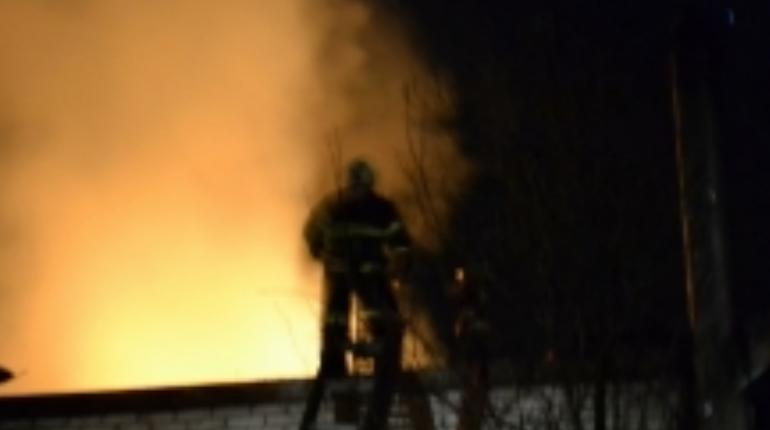 В Ломоносовском районе Ленобласти вечером 9 ноября тушили крупный пожар. Огонь охватил дом в Сосновом Бору.
