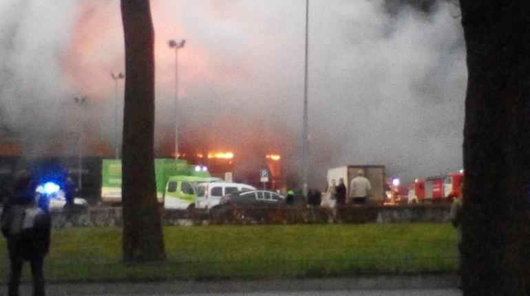 На набережной Обводного канала в Петербурге  утром в субботу, 10 ноября, загорелся гипермаркет