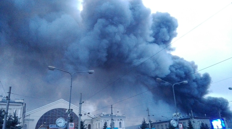 Из охваченной огнем «Ленты» в Петербурге эвакуировали 800 человек