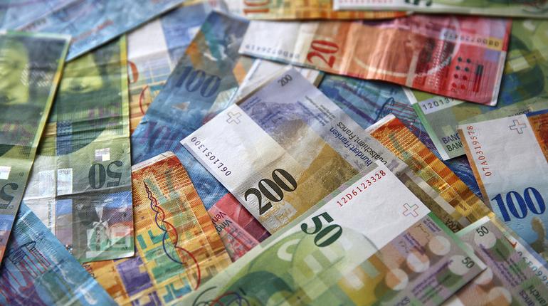 Полиция Колпинского района ищет женщину, которая обобрала пожилую жительницу Петербурга в ее квартире. У нее исчезли 12 тыс. швейцарских франков.