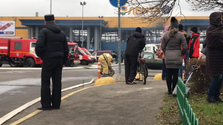 Один из пожарных, участвовавших в тушении гипермаркета