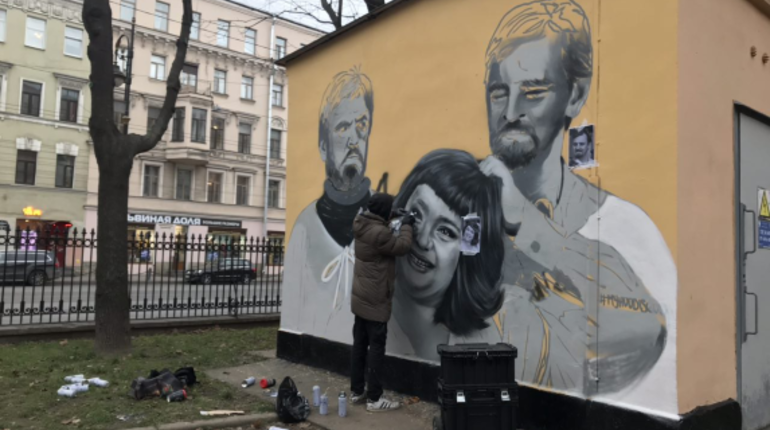 Новое граффити появилось в Петербурге на Литейном проспекте, где был портрет Юрия Шевчука. На новой работе запечатлен кадр из фильма