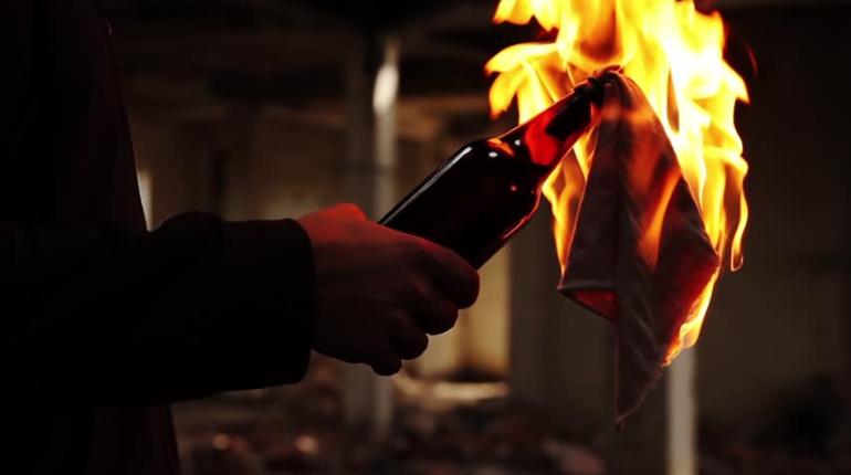 Неизвестный злоумышленник в Петербурге бросил бутылку с зажигательной смесью в здание, где находится редакция телеканала НТВ. В результате сгорел автомобиль телекомпании.