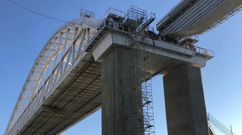 Железнодорожную арку мостового перехода через Керченский пролив соединили с первым пролетом со стороны Керчи. Об этом сообщается на официальной странице Крымского моста в социальных сетях.