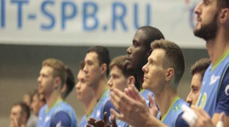 Игра между волейбольными клубами «Зенит» и «Кузбасс» проходила в Петербурге 10 ноября. Эта встреча стала настоящим «холодным душем» для зенитовцев, ведь вчера они допустили первую осечку в Суперлиге.