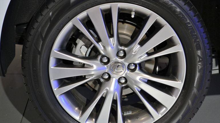 Полиция Петербурга расследует похищение дорогостоящих иномарок. Стоимость угнанного Lexus оценивается в 7 млн рублей, а Hyundai в 2 млн 300 тысяч рублей.