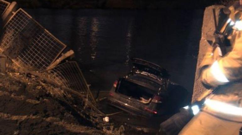 На выезде из жилого комплекса «Солнечный город» в Петербурге автоледи не справилась с управлением автомобилем. Вместе с иномаркой она нырнула в пруд поздно вечером 11 ноября.