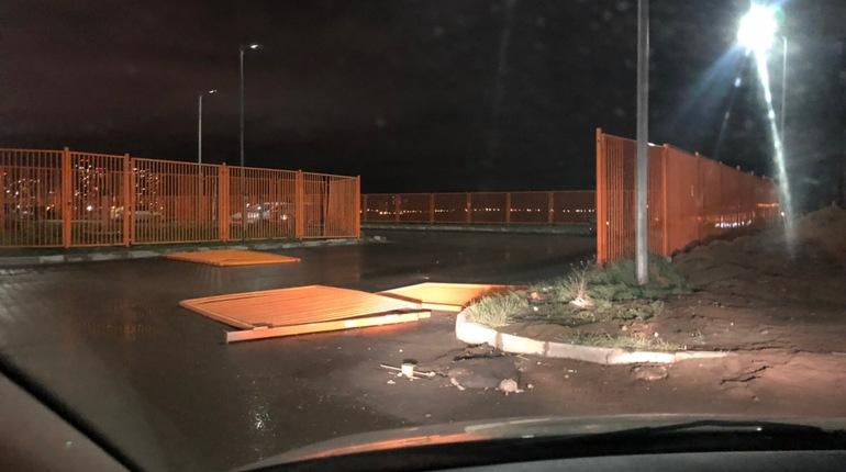 Синий Volkswagen «раскидал» ограждение по проезжей части в Девяткино