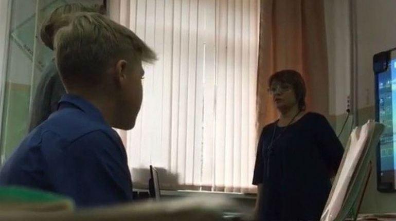 На Сахалине публично оскорбившая девочку учительница уволилась с работы. Напомним, что поводом для гневных замечаний со стороны преподавателя стала порванная кофта школьницы.
