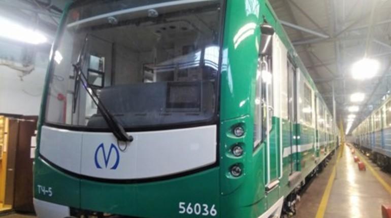 В метро Петербурга появился зеленый состав с поручнями-рогатками