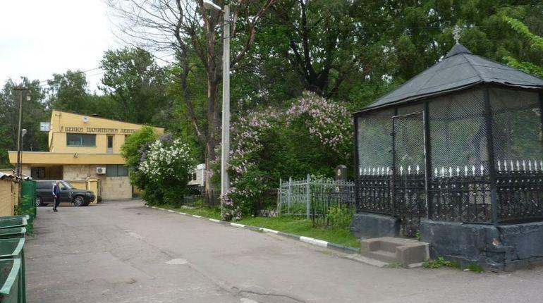 Неизвестный злоумышленник 12 ноября похитил у пенсионерки 2400 рублей, когда пожилая женщина находилась на территории Большеохтинского кладбища в Петербурге.