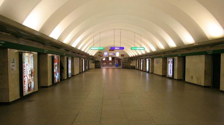 В Петербурге пассажиров утром 14 ноября перестали пускать в вестибюль станции метро «Гостиный Двор». Там осматривают бесхозный предмет.