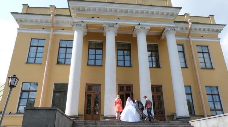 В Петербурге регистраторам брака придумали праздник