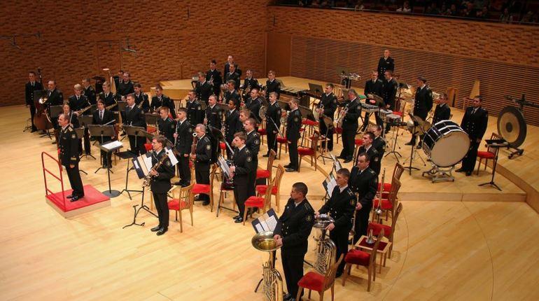 В концертном зале средней специальной школы Петербургской консерватории 17 ноября выступит Адмиралтейский оркестр Ленинградской военно-морской базы.