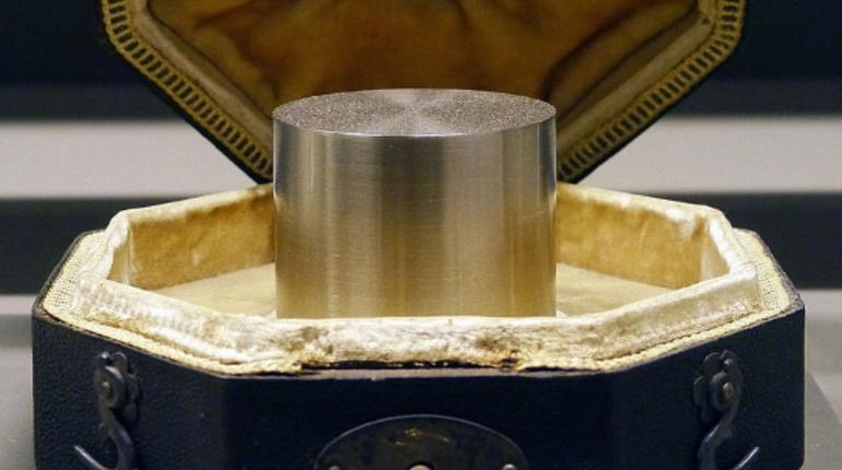 Ученые поменяли эталон килограмма, который с 1889 года хранился в Международном бюро мер и весов в Париже. Отныне единица массы будет определяться с помощью постоянной Планка.