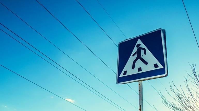 Opel налетел на пешехода на остановке в Петербурге