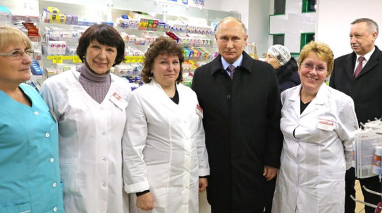 В Пушкине сотрудникам аптеки на Железнодорожной улице второй день приходится отбиваться от расспросов. Популярность такую они получили после того, как их аптечный пункт посетил президент России Владимир Путин.