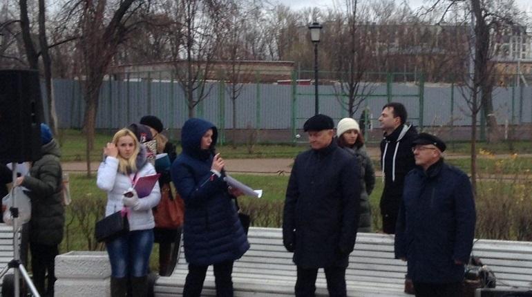 Едва ли не впервые петербургские чиновники, главы жилищного комитета и комитета по соцполитике, пришли на протестный митинг. Как рассказали сами функционеры, на растерзание горожанам их отдал временно исполняющий обязанности губернатора Александр Беглов.