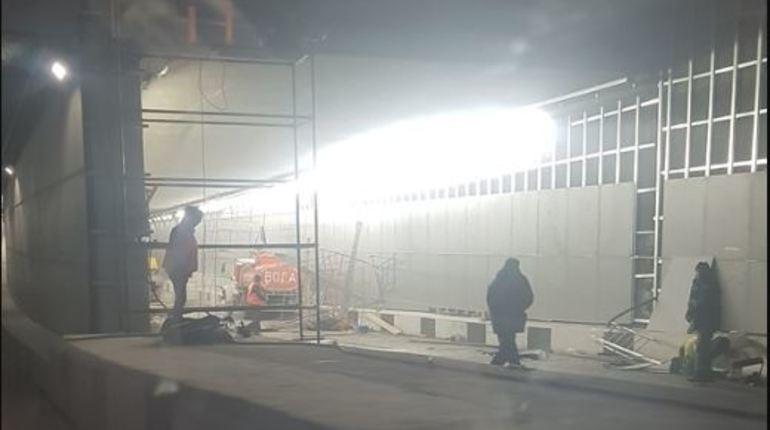 В результате наезда грузовика на строительные леса в Токсовском тоннеле в Ленобласти погиб 26-летний гражданин Украины и 51-летний житель Новгородской области.