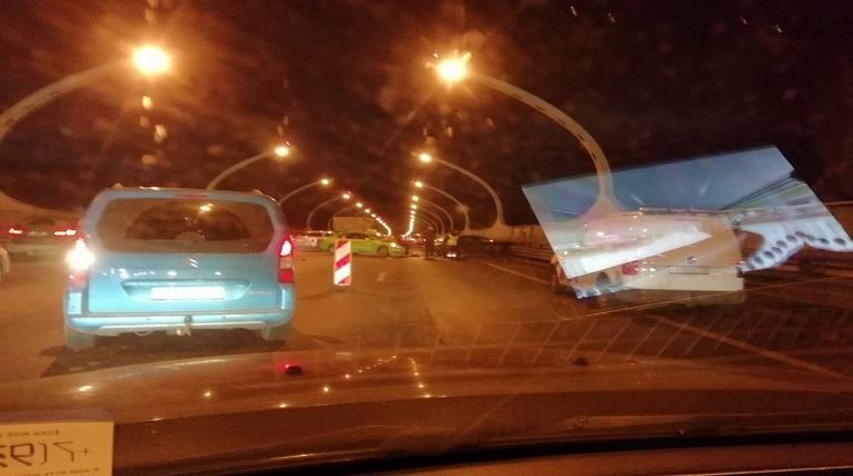 Массовая авария произошла на ЗСД в Петербурге вечером 21 ноября. Автомобилистам пришлось стоять в пробке после столкновения нескольких машин. Известно, что в аварию попали не только такси и самосвал, но и несколько других участников движения.