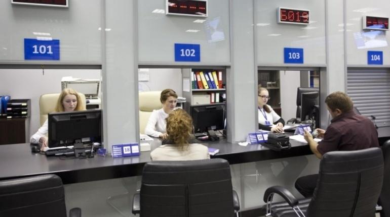 Сотрудники Федеральной службы безопасности (ФСБ) проводят обыски в миграционном центре на улице Красного Текстильщика в Петербурге.