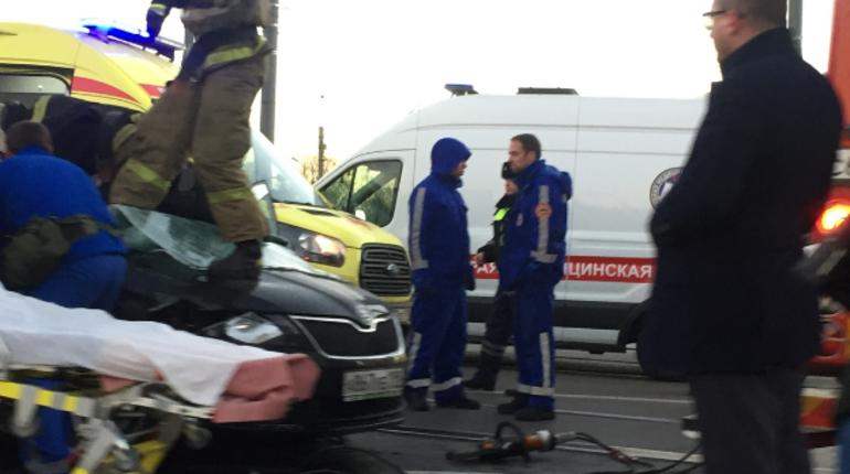 Стало известно, кем были пассажиры автомобиля Skoda, которые днем 22 ноября столкнулись с газелью на мосту Александра Невского.